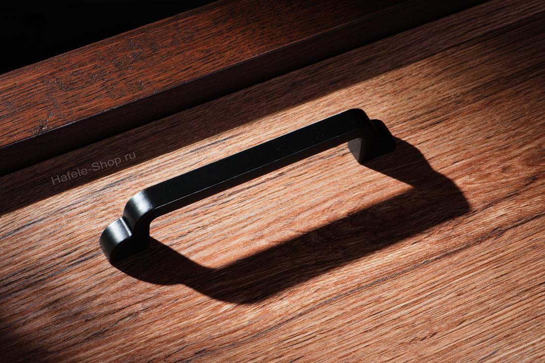 Ручка мебельная, цвет черная нефть, длина 148 мм, между винтами 128 мм